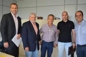 Executivos da empresa entregam cópia do projeto ao prefeito